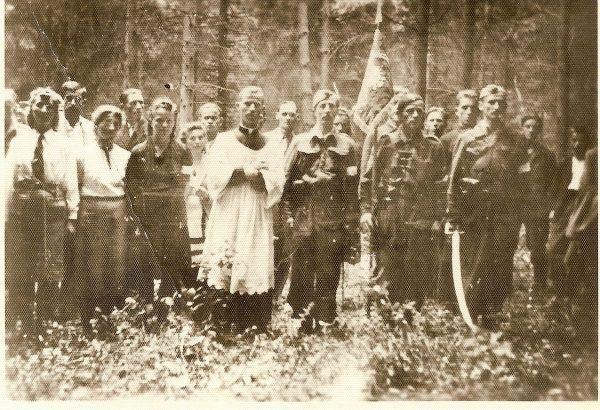 """Zwykle partyzanci współpracowali z duchownymi, nie jak w Zakliczynie tego nieszczęsnego dnia. Na zdjęciu żołnierze Oddziału Leśnego """"Lech"""" w czasie poświęcenia sztandaru (zdjęcie opublikowane na licencji CCA SA 2.0, autor nieznany)."""