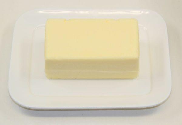 Jeśli osełka masła nie zmieści się Wam do lodówki, zawsze możecie ją przechować na zewnątrz, w solance. (zdjęcie opublikowane na licencji CCA SA 3.0, autor Lionel Allorge)