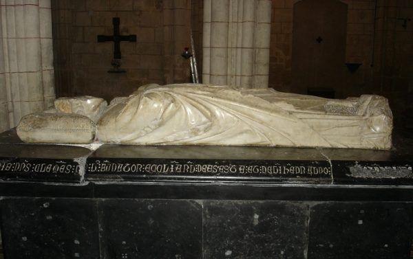Nagrobek papieża Klemensa V w kolegiacie w Uzeste koło Bordeaux. Przywódca kościoła zmarł zaledwie miesiąc po spaleniu de Molaya (fot. Xabi Rome-Hérault, lic. CC BY 3.0).
