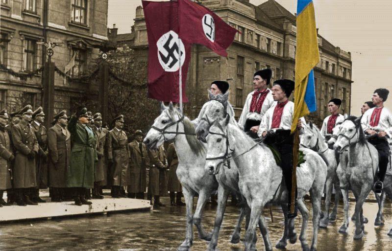 """Aby Ukraińcy mogli wstępować do Waffen SS zrobiono z nich """"Germanów"""". Na zdjęciu parada na część generalnego gubernatora Hansa Franka w Stanisławowie (źródło: domena publiczna; koloryzacja RK)."""