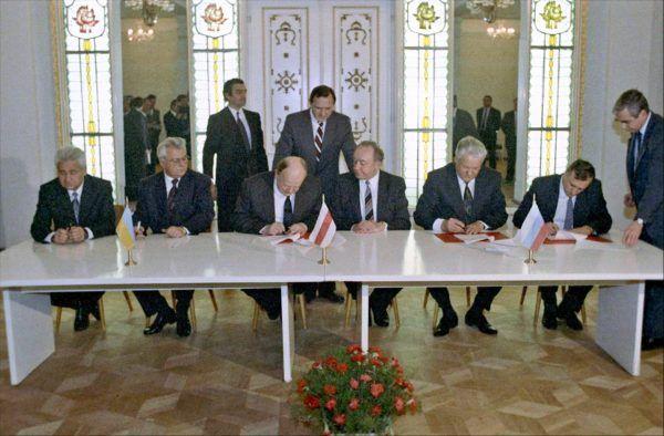Przywódcy Rosyjskiej, Ukraińskiej i Białoruskiej SRR podpisują porozumienie o rozwiązaniu Związku Radzieckiego i utworzeniu Wspólnoty Niepodległych Państw (fot. RIA Novosti archive, image #848095 / U. Ivanov / CC-BY-SA 3.0).