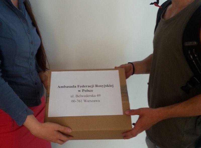 Kurier dokonał odbioru paczki z rąk naszej asystentki.