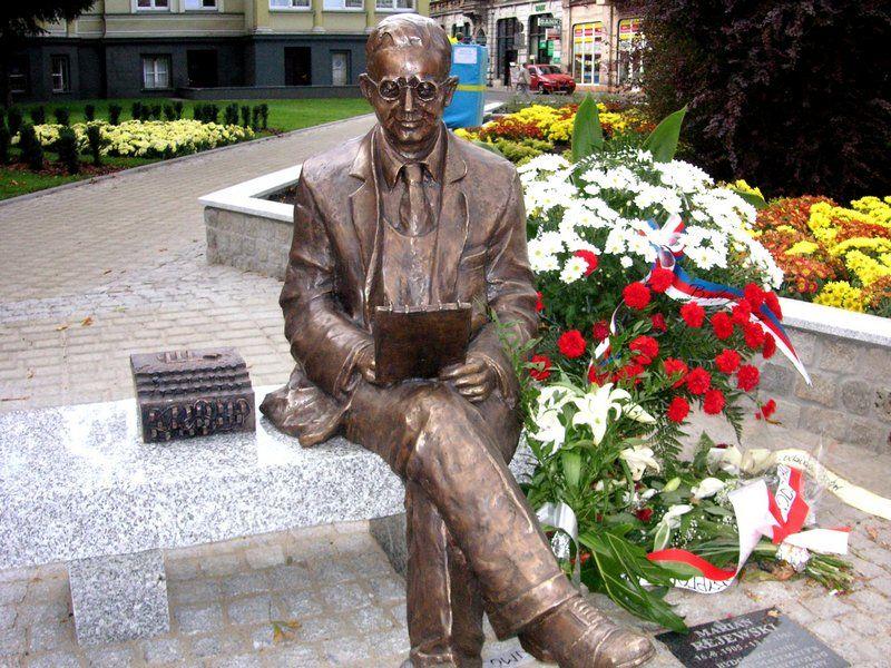 Rzeźba upamiętniająca Mariana Rejewskiego w jego rodzinnej Bydgoszczy, odsłonięta w 2005 roku z okazji stulecia jego urodzin (fot. Wojsyl, lic. CC BY-SA 3.0).