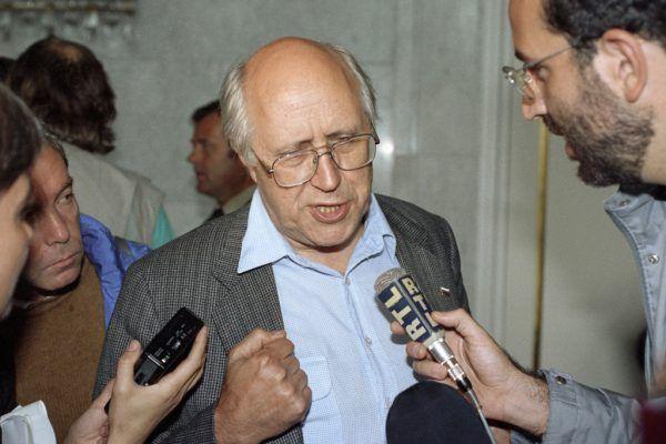 Mścisław Roztropowicz w rozmowie z dziennikarzami, 20 sierpnia 1991 (fot. Dmitrij Donskoj / RIA Novosti archive, image #20972 / CC-BY-SA 3.0).