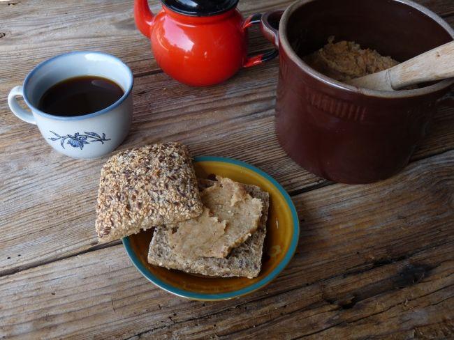 """Śniadanie w okupacyjnym stylu: czarna kawa żołędziówka i ciemne pieczywo posmarowane """"smalczykiem""""."""