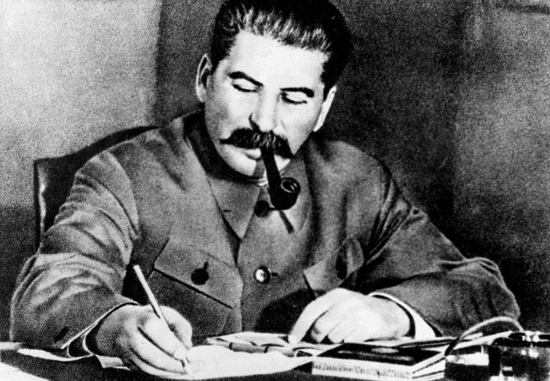 """Chociaż to właśnie decyzje Stalin sprawiły, że tak wielu radzieckich jeńców przyłączyło się do Niemców, po wojnie nie miał on litości dla """"zdrajców robotniczego raju"""" (źródło: domena publiczna)."""