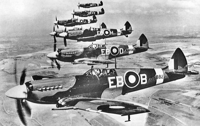 Takimi maszynami, jak te Supermarine Spitfire Mk XII należące do 41 Dywizjonu RAF, latali kulawi starcy... oraz piękne i młode kobiety (źródło: domena publiczna).