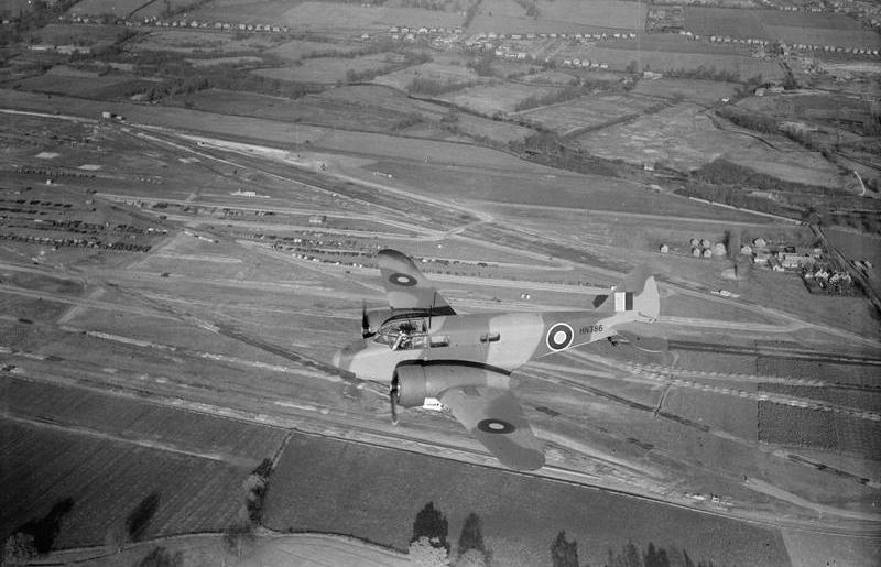 Jeden z nielicznych lotów służących trenigowi nawigacyjnemu nad bazą ATA w White Waltham, wykonywany na Airspeed As.10 Oxford (źródło: domena publiczna).