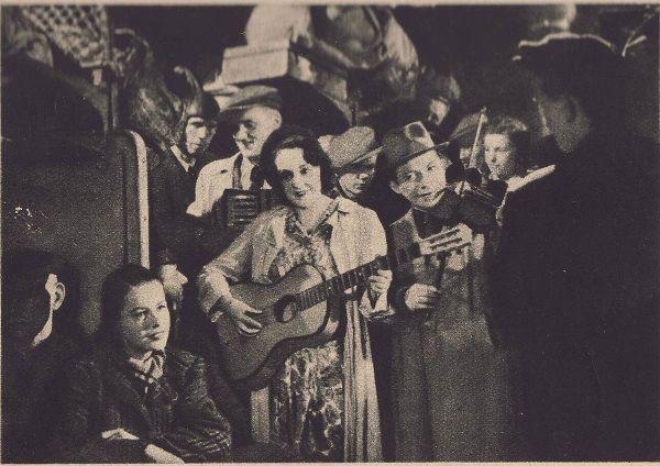 """Kadr z filmu """"Zakazane piosenki"""", który doskonale obrazuje atmosferę ówczesnych ciasnych pociągów, pełnych szmuglerów."""