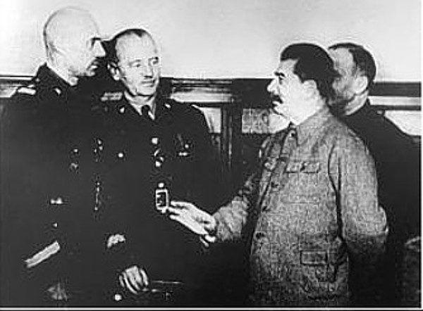 Mimo iż porozumienie Polaków z Sowietami zakładało jednakowe traktowanie wszystkich obywateli II RP, rzeczywistość okazała się inna. Na zdjęciu gen. Władysław Sikorski i gen Władysław Anders na spotkaniu ze Stalinem (fot. domena publiczna).