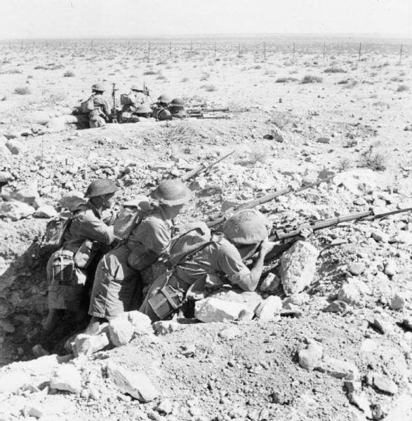 Tak wyglądały alianckie okopy pod Tobrukiem. Tu na stanowiskach żołnierze australijscy (fot. N. Smith, ze zbiorów Imperial War Museum, nr E 4792; domena publiczna).