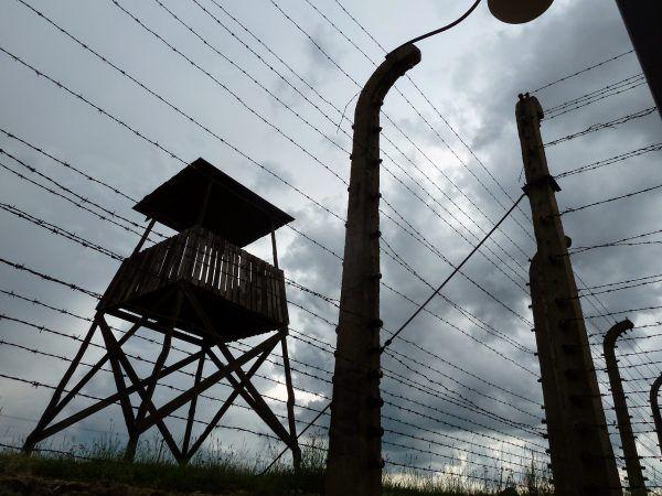 Wieża obserwacyjna w Auschwitz. Strażnicy nie zorientowali się, że Witold Pilecki organizuje w obozie konspirację (fot. Jacomoman, CC BY-SA 4.0).