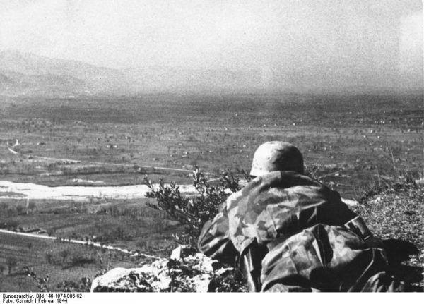 Broniący się żołnierze niemieccy mieli znakomity widok na alianckie pozycje w dolinach (fot. Bundesarchiv, Bild 146-1974-006-62 / Czirnich / CC-BY-SA 3.0).