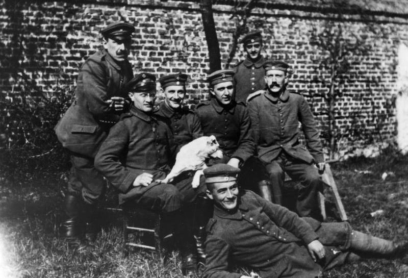 Adolf Hitler (pierwszy z prawej) na zdjęciu z okresu służby wojskowej (źródło: Bundesarchiv; lic. CC ASA 3.0).