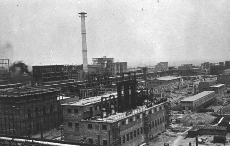 Budowa zakładów chemicznych IG Farben w Monowicach. Zdjęcie z 1941 roku (źródło: Bundesarchiv; lic. CC ASA 3.0).