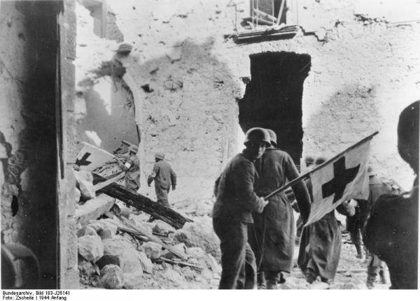 Działań ratunkowych pod Monte Cassino nie ułatwiał fakt, że Niemcy nie respektowali znaku Czerwonego Krzyża...