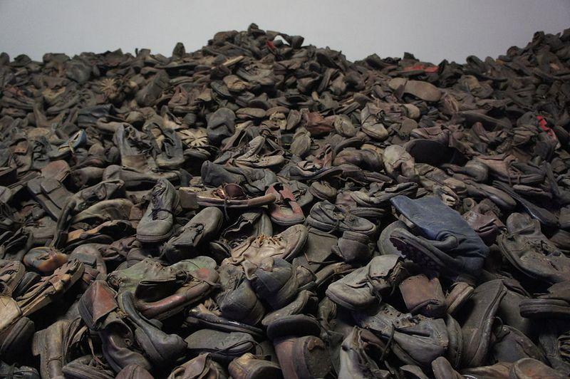Tysiące par butów ofiar zamordowanych w Auschwitz-Birkenau (fot. Bibi595; lic. CC ASA 3.0).