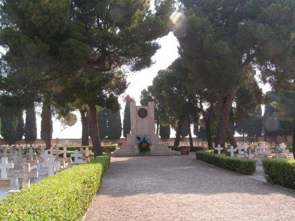 Polski cmentarz wojenny w Casamassima we Włoszech. Obok siebie spoczywają na nim przedstawiciele kilku narodowości (fot. Porcullus, CC BY 3.0).
