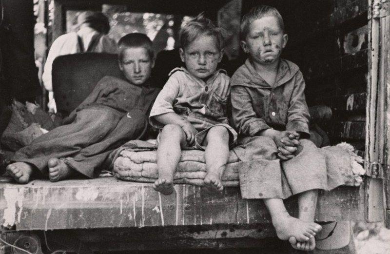 W biednych rodzinach każde kolejne dziecko mogło już oznaczać różnicę pomiędzy głęboką nędzą a śmiercią z głodu (źródło: domena publiczna).