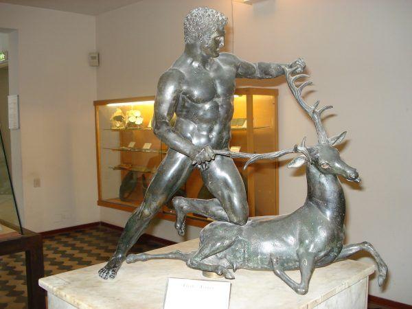Herkules chwyta łanię kerynejską, prawdopodobnie rzymska kopia rzeźby Lizypa (fot. G.dallorto).