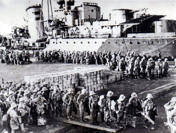 Żołnierze Brygady Karpackiej przybywają do Tobruku (fot. domena publiczna).
