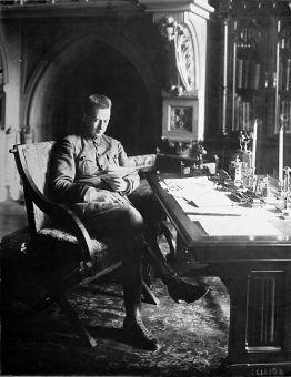 Aleksander Kiereński w swoim gabinecie w Pałacu Zimowym (fot. domena publiczna).