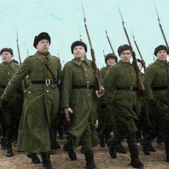 Defilada polskich żołnierzy w Buzułuku, grudzień 1941 roku (fot. domena publiczna; koloryzacja: RK).