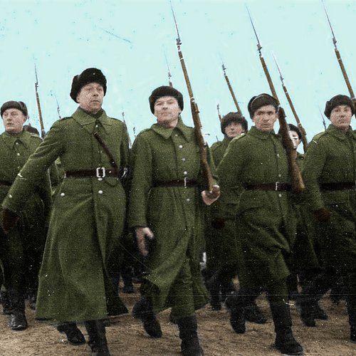Defilada polskich żołnierzy w Buzułuku, grudzień 1941 r. (fot. domena publiczna; koloryzacja: RK).