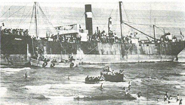 Statek z żydowskimi osadnikami w porcie w Tel Avivie, 22 sierpnia 1939 roku (fot. domena publiczna).
