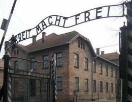 Osławiona brama obozu Auschwitz-Birkenau (fot. Dnalor 01; lic. CC ASA 3.0).