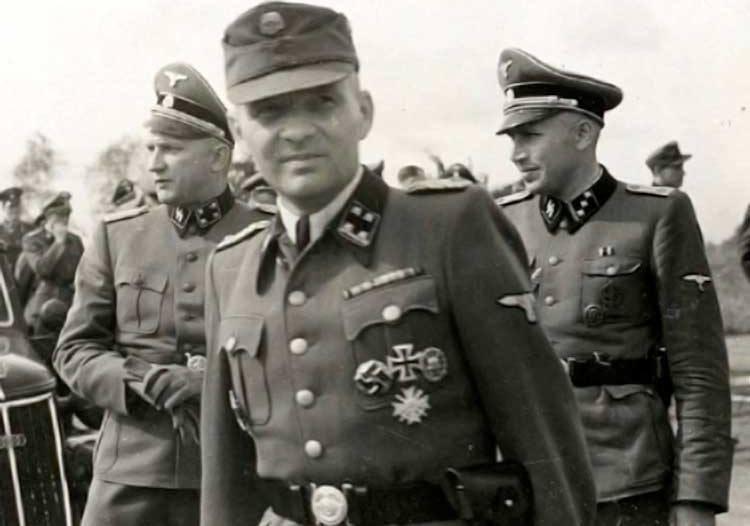 Rudolf Höss (w środku) w 1940 roku donosił Himmlerowi, że Auschwitz będzie stacją doświadczalną dla Wschodu (źródło: domena publiczna).