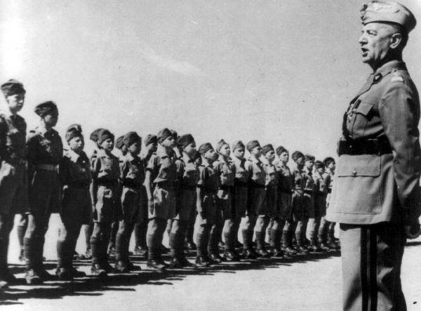 Gen. Władysław Sikorski wizytuje polską szkołę kadetów (junaków) na Bliskim Wschodzie w czerwcu 1943 roku. Mógł być już wówczas spokojny o lojalność białoruskich żołnierzy (fot. domena publiczna).