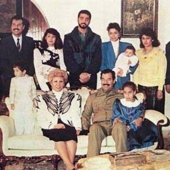 Udajj (stoi w środku), najstarszy syn Saddama Husajna, był prawdziwym psychopatą (źródło: domena publiczna).
