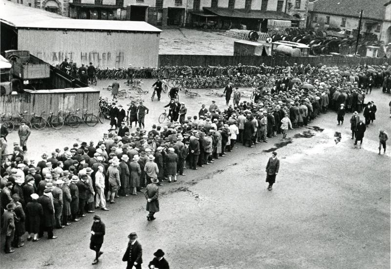 Diametralne pogorszenie warunków życia milionów Niemców w wyniku wielkiego kryzysu stworzyło podatny grunt dla antysemickich haseł Hitlera i jego popleczników. Na zdjęciu z 1930 roku hanowerscy bezrobotni w kolejce do urzędu pracy (źródło: domena publiczna).