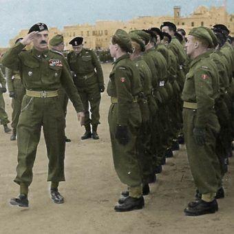 Generał Władysław Anders w czasie inspekcji Centrum Wyszkolenia Wojsk Pancernych we włoskim Gallipoli (źródło: domena publiczna; koloryzacja RK).