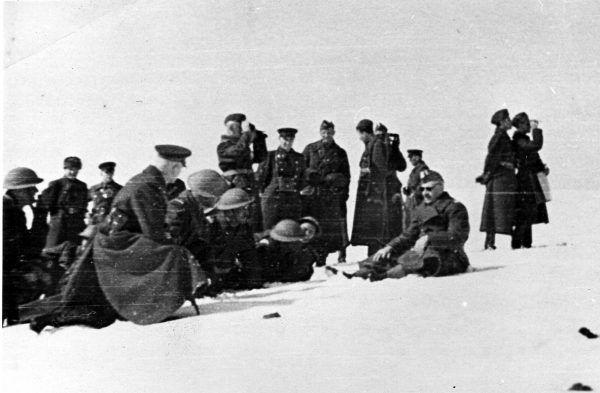 Gen. Władysław Anders (siedzi po prawej) w otoczeniu polskich i sowieckich oficerów, zima 1941/1942 (fot. domena publiczna).