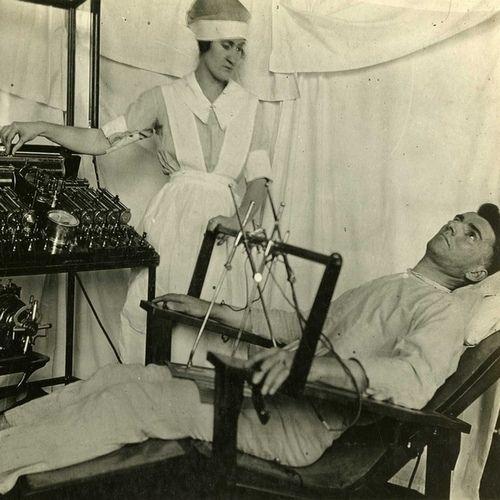 A tak wyglądała terapia elektrowstrząsami podczas I wojny światowej (Otis Historical Archives National Museum of Health and Medicine, lic. CC BY 2.0).