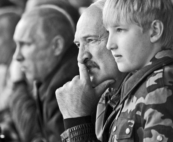 """Kola Łukaszenko z ojcem w Grodnie w 2013 roku (fot. materiały prasowe książki """"Dzieci dyktatorów"""")."""