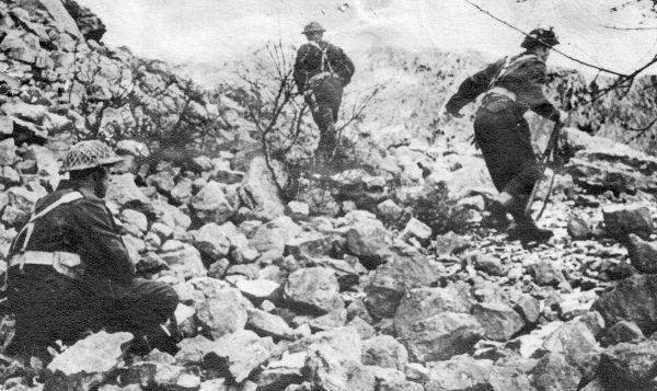 """Polscy żołnierze na wzgórzu zwanym """"Widmo"""" (fot. domena publiczna)."""