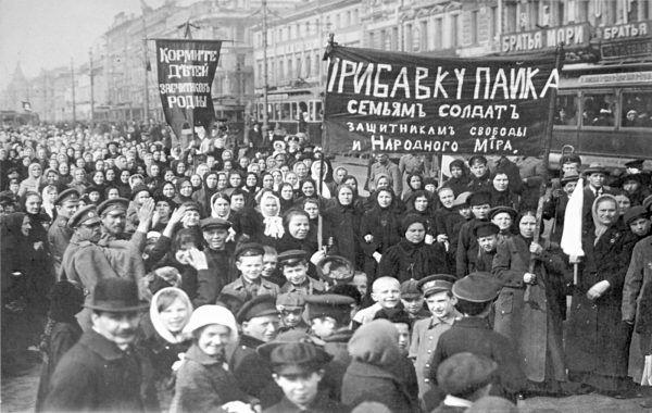 Demonstracja robotników w Piotrogrodzie, marzec 1917 r. (fot. domena publiczna).
