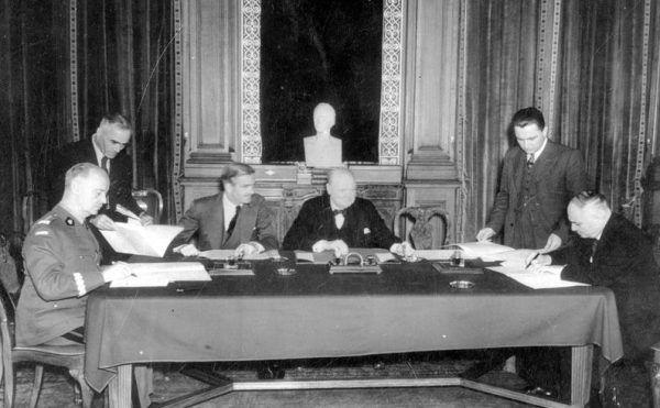Podpisywanie układu Sikorski - Majski. Od lewej siedzą: Władysław Sikorski, Anthony Eden, Winston Churchill, Iwan Majski (fot. domena publiczna).
