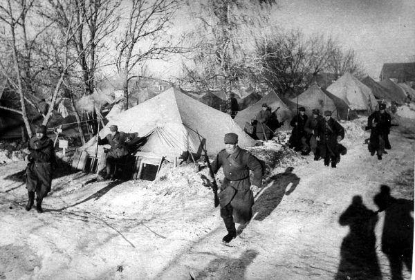 Spartańskie warunki obozu polskich żołnierzy w Tockoje zimą 1941 roku.