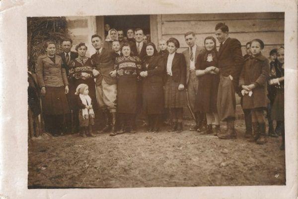 Wesele w miejscowości Kępa. (Zdjęcie pozyskane w ramach programu Cyfrowe Archiwum Tradycji Lokalnej, opublikowane na licencji CC-BY-NC, autor reprodukcji:Gminna Biblioteka Publiczna w Borzechowie).