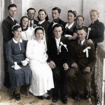 Zdjęcie ślubne z czasów okupacji zrobione 26 listopada 1942 roku w Błażowej. Przedstawia rodzinę pana Zdzisława Chlebka (koloryzacja: RK).