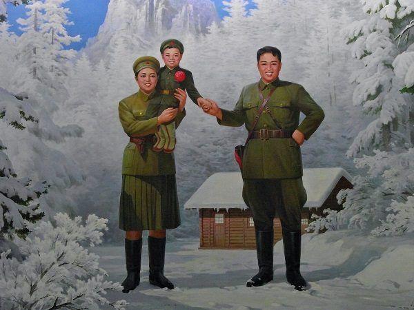 Zimowa sceneria u stóp Pektu San, a na jej tle Kim Ir Sen, Kim Dzog Suk i mały Kim Dzong Il, czyli święta rodzina koreańskiej rewolucji (zdjęcie opublikowane na licencji CCA 2.0, autor Mark Fahey, Sydney, Australia)