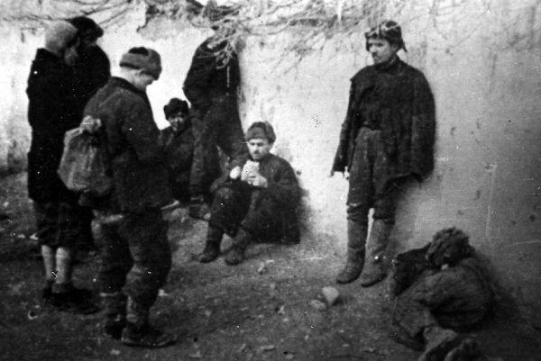 Rekruci do armii Andersa, świeżo po wypuszczeniu z łagrów (fot. domena publiczna).