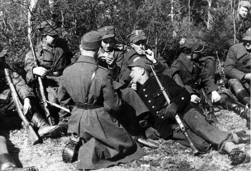 Szeregowi żołnierze Armii Krajowej mogli liczyć na niewielkie kwoty tylko wtedy gdy byli w stanie pełnej gotowości bojowej. Na zdjęciu żołnierze 27 Wołyńskiej Dywizji AK (źródło: domena publiczna).