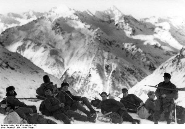 Niemieccy żołnierze na Kaukazie, grudzień 1942 roku (fot. Bundesarchiv, Bild 101I-031-2417-09 / Poetsch / CC-BY-SA 3.0).