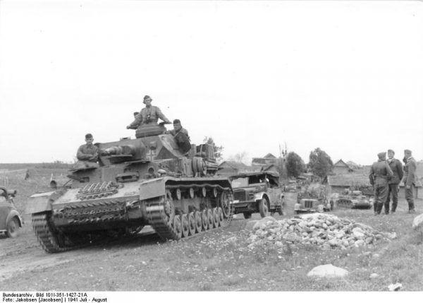 Panzer IV Ausf. E w Witebsku w okresie bitwy pod Smoleńskiem (fot. Bundesarchiv, Bild 101I-351-1427-21A / Jakobsen [Jacobsen] / CC-BY-SA 3.0).