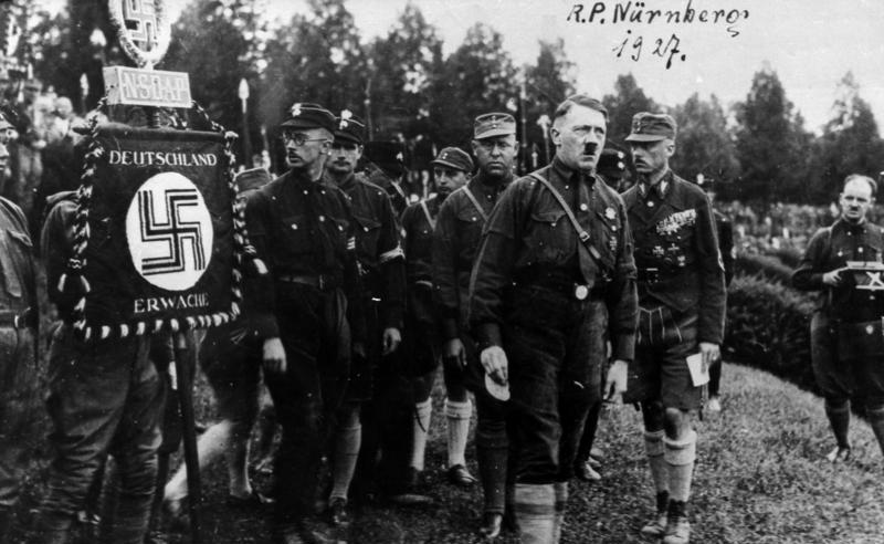 Naziści szykują się do przejęcia władzy... jak Sithowie (Parteitag w Norymbergii, 1927 rok, Bundesarchiv, Bild 146-1969-054-53A, lic. CC-BY-SA 3.0 de).